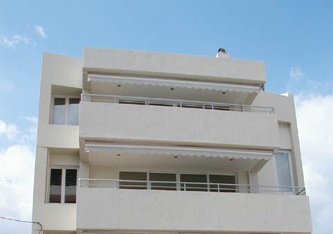 Τριώροφο κτίριο με πυλωτή